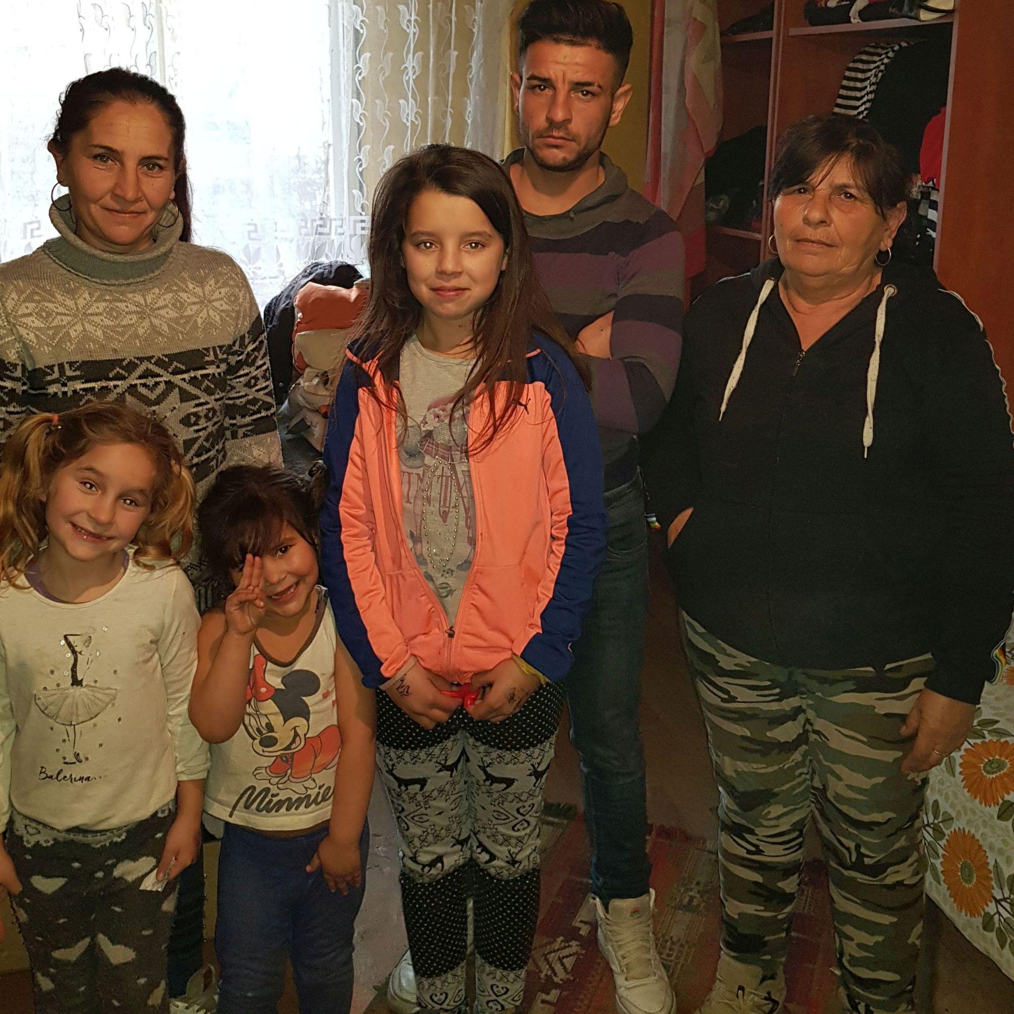 Váradi Judit és családja vágott